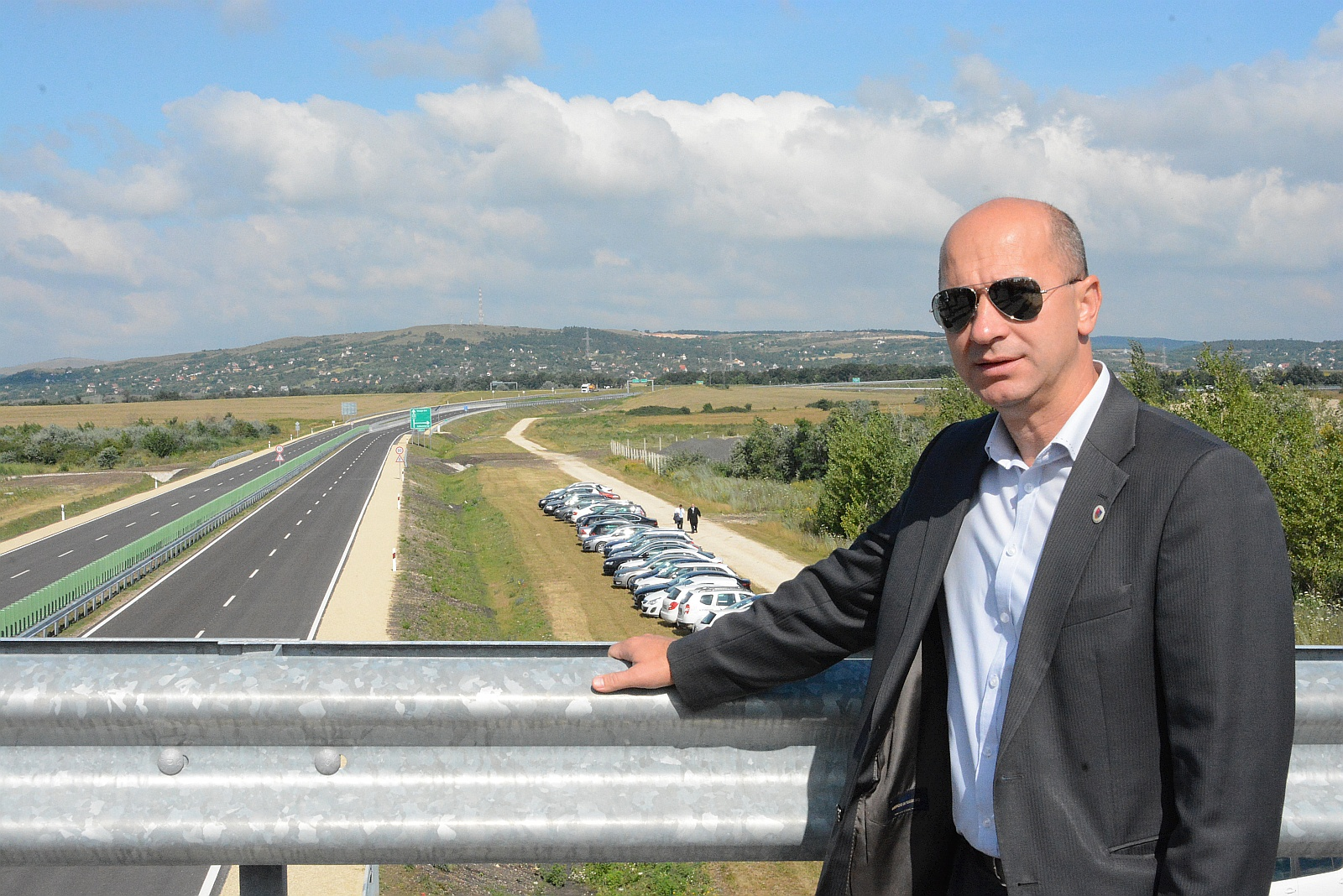 A képen a forgalomnak átadott 8-as főút szakasza, Gáll Attila polgármesterrel és a háttérben Iszkaszentgyörggyel.